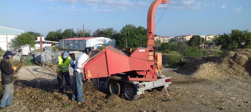Στην αξιοποίηση του ξύλου και των κομμένων κλαδιών ως εδαφοβελτιωτικού με στόχο την απόκτηση γόνιμου χώματος προχωρά η Αντιδημαρχία Πρασίνου – Περιβάλλοντος και Αγροτικής Ανάπτυξης Θέρμης
